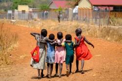 学校から一緒に帰る難民の子どもたち(ウガンダ)
