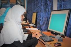 高校のコンピューター室で、パワーポイント資料をつくるサミラさん(17歳)。