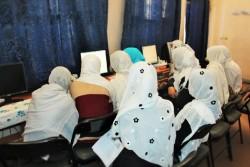 コンピューター室での授業に真剣にとりくむ生徒たち。太陽光発電によって、安定的な電力供給が可能になった。