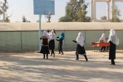 「子どもにやさしい学校」のモデル校に認定された高校で、午前中の授業の休憩時間に、校庭でバスケットボールをする女子生徒たち。
