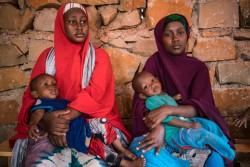 ユニセフの支援を受ける外来治療センターで、子どもを診てもらうため待つ若い母親たち(ソマリア・ガーバハレ)2017年4月5日撮影