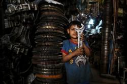 父親と一緒に働く6歳の男の子(イラク・バグダッド)