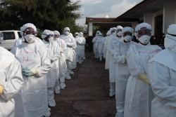 防護服を身に着けてエボラ出血熱の訓練を受ける保健員(イラク・マケニ)2014年11月撮影))※本文との直接の関係はありません。