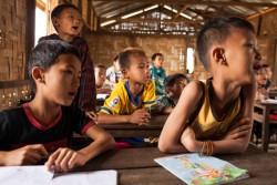 Phan Khar Kone避難民キャンプにある学校で勉強する子どもたち(ミャンマー・カチン州)2017年3月29日撮影