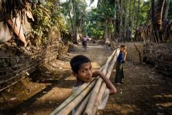 スィンテットマー避難民キャンプで竹を運ぶ男の子たち(ミャンマー・ラカイン州)2017年4月5日撮影