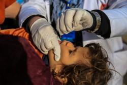 ポリオの予防接種を受ける子ども (イラク)2016年12月撮影