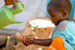 ユニセフの支援する施設で手を洗う国内避難民の男の子(スーダン・北ダルフール)2016年10月撮影