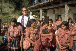 織物工場を訪ねるロジャー・ムーア大使(グアテマラ)1991年6月撮影