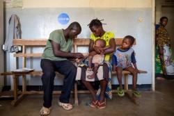 病院で栄養不良の治療を受ける子ども(コンゴ民主共和国)2017年5月20日撮影
