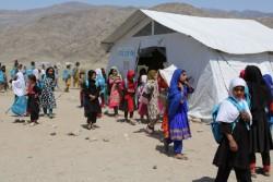 授業が終わって帰路につく子どもたち。パキスタンから帰還したアフガニスタンの人々が暮らすガンベリ帰還民居住地域の家族のもとへ歩いて戻る。
