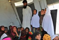 授業中、前に出て、数を数える3人の女の子たち(アフガニスタン・東部ラグマーン州)