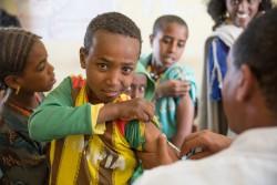 はしかの予防接種を受けるエチオピアの男の子(2016年4月撮影)。