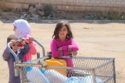 飲料水を汲みに行く子どもたち(イエメン・サヌア) 2017年5月20日撮影
