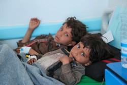 コレラが疑われる症状があり、病院で治療を受ける子どもたち(イエメン・サヌア) 2017年5月12日撮影