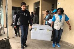 アディスアベバの冷蔵貯蔵施設から北シュワ県の中継施設を経由して届けられたワクチンを入れた小型の保冷ボックスを肩に掛け、保健センターのスタッフとともに予防接種活動が実施される村に向かう長谷部選手。