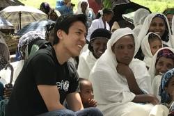 予防接種に集まったお母さんたちから話を聞く長谷部選手。