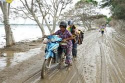 洪水の影響を受けた地域で、バイクを押す女性たち (ミャンマー・カレー郡) 2015年8月撮影 ※本文との直接の関係はありません。