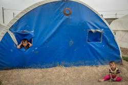 テントで遊ぶ子どもたち(2017年5月2日撮影)