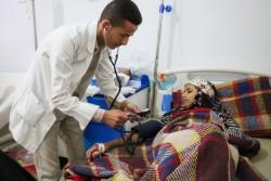 病院で検査を受けるコレラに苦しむ女の子 (イエメン・サヌア) 2017年5月30日撮影