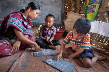 授業で絵を描く子どもたち(バングラデシュ)2015年3月撮影