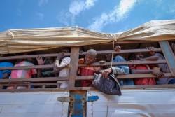南スーダンから到着したばかりの難民を乗せたトラック (ウガンダ)