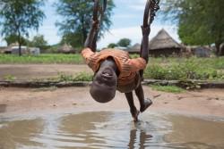 難民キャンプで遊ぶ男の子 (ウガンダ)
