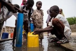 水を汲む子どもたち (ナイジェリア・マイドゥグリ) 2017年6月13日撮影