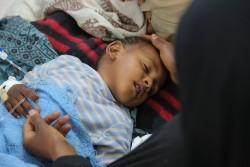 イエメン・サヌアのアル・サビン病院で治療を受ける、重度の下痢性疾患あるいはコレラに感染したとみられる子ども。(2017年5月12日撮影)