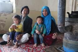移動保健チームが村を訪ねるようになってから、母親と子どもの死亡数が減少したと話す家族(アフガニスタン)2016年2月撮影
