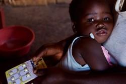マラリアの治療を受ける2歳の女の子(マラウイ)2017年5月30日撮影