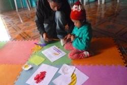 コミュニティー乳幼児センターで、遊びながら学ぶ子ども。