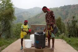 ユニセフが設置支援した給水所で水を飲む子どもたち(2016年2月撮影)