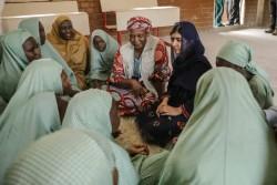 女子生徒たちと話すマララさん。(2017年6月18日撮影)