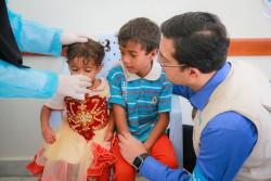 コレラが疑われる症状があり、保健センターで治療を受ける子どもたち(2017年7月12日撮影)