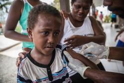 はしかと風疹の予防接種を受ける子ども (2015年3月撮影)
