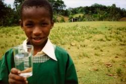 世界ではいまだ約21億人の人々が安全に管理された飲み水を手に入れることができません。