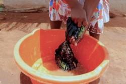 副収入を得るため、村の女性たちに代わり洗濯をするシャミンさん。