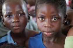 ユニセフが提供する「子どもにやさしい空間」で遊ぶ、カサイ地域から逃れてきた難民の子どもたち(アンゴラ)2017年5月30日撮影