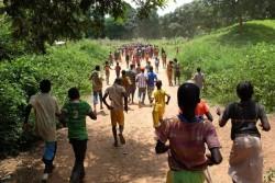 武装勢力から解放され、一時受け入れ所へと走る子どもたち。(2015年8月撮影)