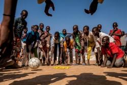 ボールで遊ぶ子どもたち。