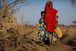 仮設の家の前に立つ姉妹。家族は、水と食料を求め故郷からの避難を強いられた。(ソマリア・ブラオ)2017年3月撮影