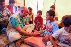 アリーシャ避難民キャンプで子どもたちに会うユニセフ(国連児童基金)・シリア事務所代表のフラン・エクイザ。