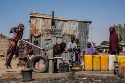 ユニセフの支援で建設された井戸で、水を汲む女の子。 (ナイジェリア・マイドゥグリ)2017年3月撮影
