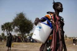 ユニセフから配布されたバケツを持つ女の子(南スーダン・ユニティ州)2017年2月撮影