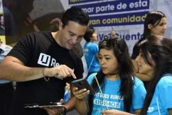 U-Reportの使い方を学ぶ若者