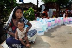 ユニセフが配布する、支援物資を受け取る列に並ぶ親子。(ネパール,ラウタハト郡)2017年8月22日撮影
