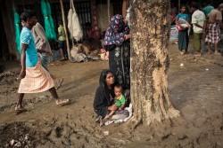 コックスバザール地区の一時的な避難場所に身を寄せるロヒンギャ難民の女性と子ども。