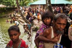 国境を越えてミャンマーから逃れてきたロヒンギャ難民の家族。
