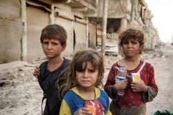戦闘下の旧市街から解放されたばかりの子どもたち。 (イラク・モスル)2017年7月6日撮影