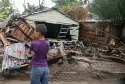ハリケーン「イルマ」により破壊された建物の前に立つ男の子。(ドミニカ共和国・ナグア)2017年9月7日撮影